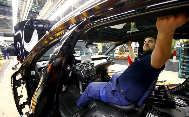 Imagen de archivo de un empleado del fabricante de automóviles alemán Mercedes Benz trabaja en el interior de un modelo en la línea de producción de la fábrica de Rastatt, Alemania